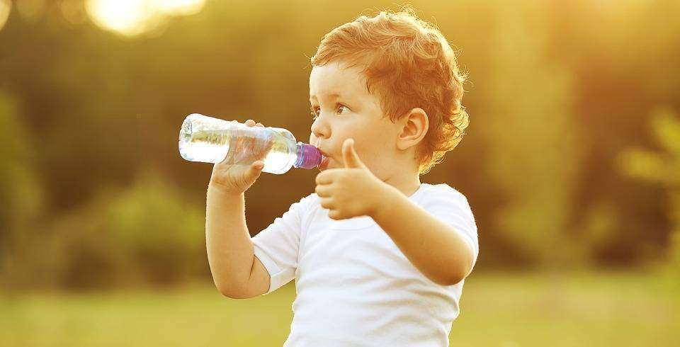 Ce nu trebuie sa lipseasca din geanta unei mamici moderne: sticluta cu apa