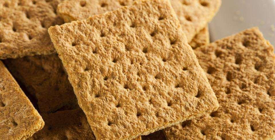 Ce nu trebuie sa lipseasca din geanta unei mamici moderne: biscuiti / un fruct moale/ un iaurtel si lingurita