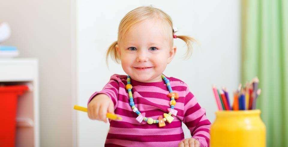 Reintoarcerea mamei la serviciu: fetita cu creioane de colorat